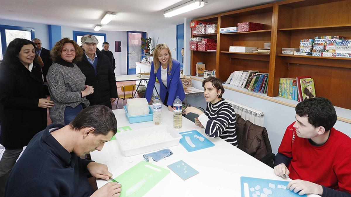 A conselleira de Política Social, Fabiola García, visita o Centro Castro Navás no Día Internacional da Síndrome de Asperger